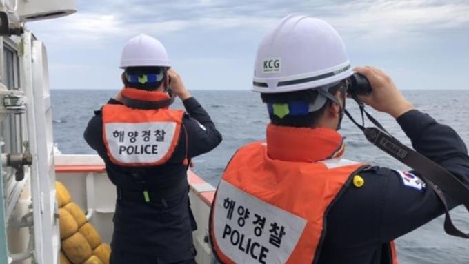 인천 옹진군 선미도 바다에서 어선 전복...선원 5명 구조
